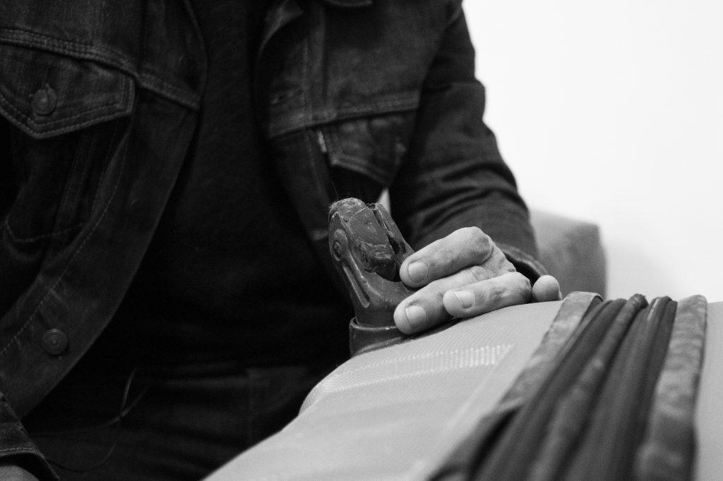 Detalle de una de las ruedas de la maleta gastadas. Foto por Melanie Lupiáñez