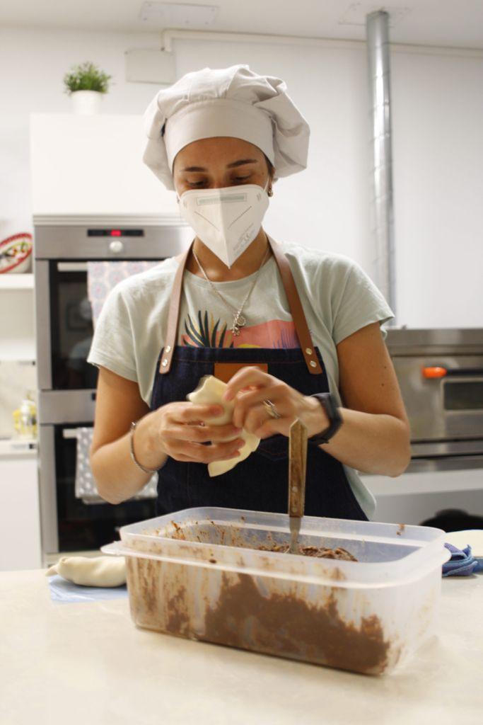 Micka, empleada de Ramona, dando forma a las empanadas